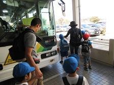 スクールバスで出発