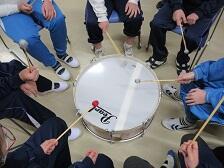 太鼓を囲んで。