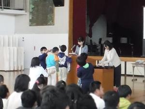 小学部低学年代表児童への授与