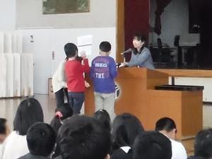 小学部高学年代表児童への授与