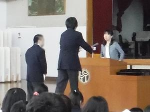 高等部代表生徒への授与